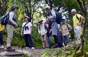 登山道周辺の植物について説明を受ける親子連れ=剣山