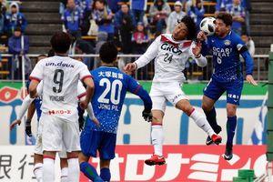 前半、岡山の選手と競り合うシシーニョ=鳴門ポカリスエットスタジアム