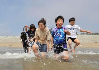 震災被災地で9年ぶりに海開き