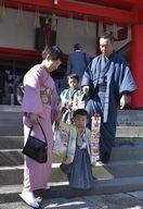 晴れ着姿で七五三参り 徳島市の天神社