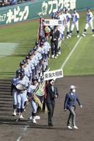 第93回選抜高校野球大会で優勝し、場内一周する東海大相模ナイン=4月1日、甲子園球場