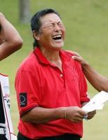 【写真説明】 男子ゴルフのツアーワールド・カップでエージシュートを達成し、感極まった表情を見せる70歳の尾崎将司選手=6日、愛知県豊田市の京和CC(共同)