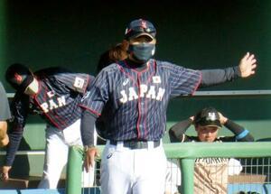秋季教育リーグで日本ハムを率いた日本代表の稲葉監督=宮崎市