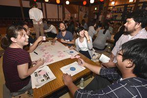 テーマに沿ってグループ内で意見を出し合う参加者=美馬市脇町の脇町劇場オデオン座