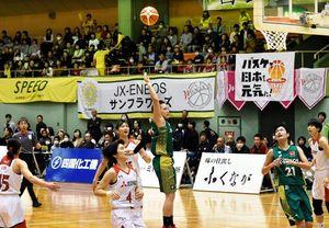 日本代表選手らのプレーにくぎ付けになる観客=徳島市立体育館