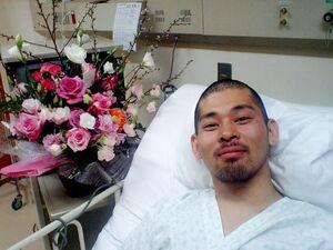 脊髄損傷の大けがを負い、入院中の辰己=2008年3月ごろ、北海道の美唄労災病院(提供写真)