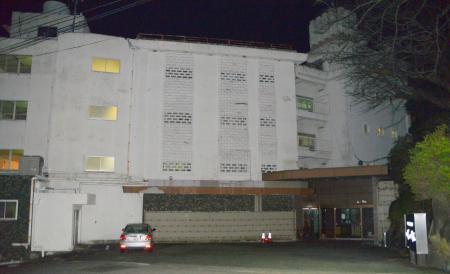 廃業した老舗旅館「冨士見荘」=25日夜、愛知県蒲郡市