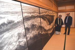 中堀さん(右)が奉納したふすま絵=美馬市美馬町宮西の安楽寺