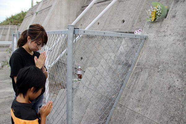 事故現場付近で花を手向け、犠牲者を悼む松浦さんら=鳴門市大津町大幸