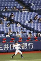 無観客で行われていたプロ野球の制限が緩和され、試合前に間隔を空けて座る観客=10日午後、京セラドーム大阪