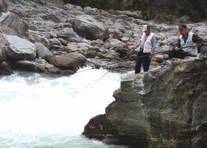 アユを狙って、さおを出す釣り人=午前6時半ごろ、三好市山城町国政の吉野川