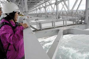 管理用通路から渦潮を眺める参加者=大鳴門橋