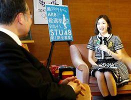 知事を表敬訪問したAKB48の渡辺麻友さん=県庁