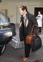 提供された臓器を徳島大病院に搬出する同病院の関係者=2日午前7時13分、小松島市の徳島赤十字病院