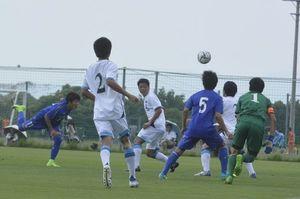 徳島ヴォルティスユース対徳島市立高校 前半10分、ヴォルティスユースの山田誠人がヘディングでゴールを決めて先制する=徳島スポーツビレッジ