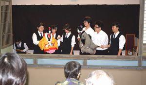 「傾城阿波の鳴門 順礼歌の段」を熱演する那賀高人形浄瑠璃部員=同校