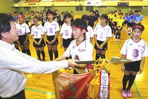 優勝旗を受け取る宍喰の重田沙紀さん(中央)=小松島市立体育館