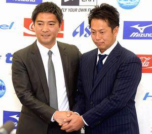 四国ILの坂口新事務局長(左)と握手を交わす徳島ISの南新代表=徳島市のとくぎんトモニプラザ