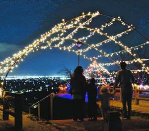イルミネーションと夜景が楽しめる向麻山公園=吉野川市鴨島町上浦