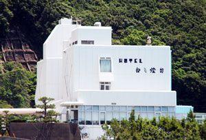施設名や雇用体制を残したまま新たな経営者に事業承継されたホテル白い燈台=美波町日和佐浦