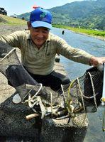 釣果に満足げな釣り人=勝浦町星谷の勝浦川