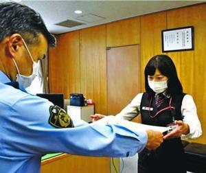木内署長から感謝状を受け取る安東さん(右)=小松島署