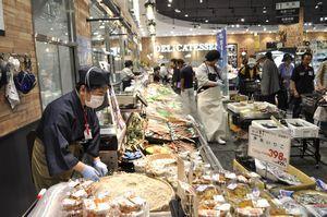 平日もにぎわうイオンスタイル徳島の鮮魚売り場=徳島市南末広町
