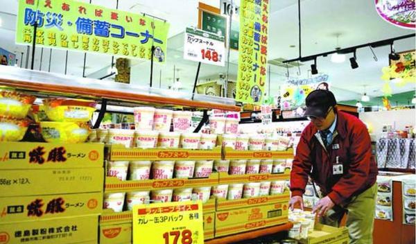 売れ行きが伸びている即席麺売り場=徳島市のキョーエイタクト店