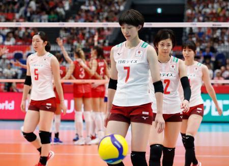 ロシアに敗れ、肩を落とす石井(7)、荒木(5)ら日本=横浜アリーナ