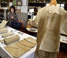 太布で作った作務衣など約60点が並ぶ展示会=徳島市立木工会館