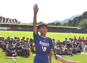 選手宣誓する林崎・里浦SSの浅井主将=徳島市球技場