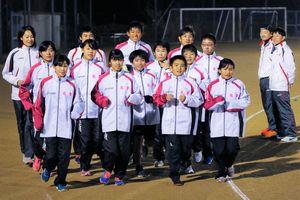 徳島駅伝で走れることを誇りに練習に励む名東郡チーム=佐那河内村中央運動公園