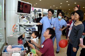 医師から説明を受けて内視鏡検査を体験する子どもら=徳島赤十字病院