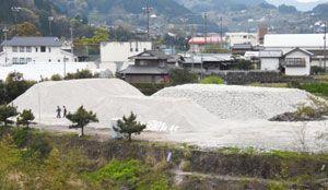 基礎部分のコンクリートが残され、廃棄物処理法の不法投棄に当たる恐れが指摘されている神山中の旧寄宿舎跡=20日、神山町神領