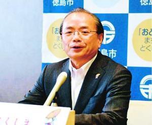 今夏の阿波踊り運営について「民間委託は成功だった」と述べる遠藤市長=徳島市役所