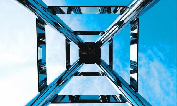三角点に立てられたモニュメント。北緯34度と東経134度が交わるゼロポイントを示している=東みよし町毛田