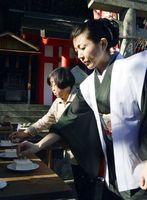 持参した針を豆腐に刺し、供養する参列者=徳島市新町橋2の天神社