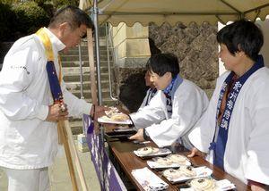 紀州接待講でお遍路さんをもてなす和歌山県の住民=美波町奥河内の薬王寺