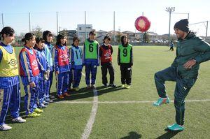 県内の女子中高生に指導するポヤトスさん=2014年12月23日、徳島市立高グラウンド