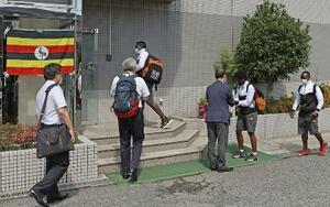 ホストタウンの大阪府泉佐野市に到着し、宿泊先のホテルに入る東京五輪のウガンダ代表選手団=20日