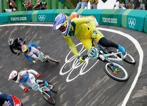 女子BMXレース 準決勝で走るオーストラリアの榊原爽(右端)=有明アーバンスポーツパーク