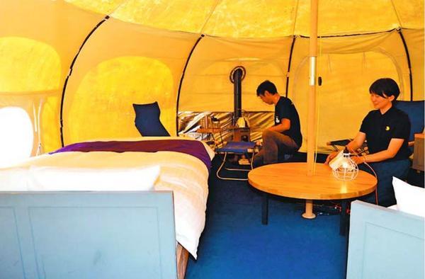 セミダブルベッドなどが置かれたグランピング用のテント内=上勝町の月ケ谷温泉村キャンプ場パンゲアフィールド