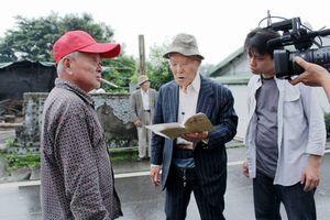 映画「湾生回家」の撮影の一こま。台湾を訪れた冨永さん(手前左から2人目)が古里の旧友を探し歩いた=2013年5月、花蓮県(田澤文化有限公司提供)
