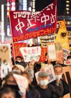 東京五輪の中止を訴える人たち=25日午後7時26分、東京都中央区