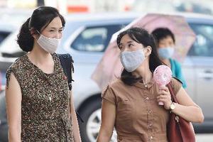 平壌市内をマスク姿で歩く市民=12日(共同)