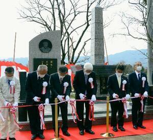 中村哲さんの功績をたたえる記念碑が完成し、開かれた記念式典。左から3人目はペシャワール会の村上優会長=27日午前、福岡県朝倉市