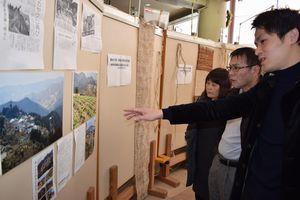 急傾斜地農法を紹介する写真に見入る来場者=つるぎ町の貞光ゆうゆう館