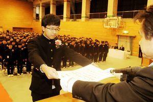 森田校長から卒業証書を受け取る西岡さん=徳島市の城東中