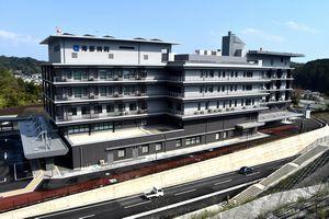 開院を前に内覧会が開かれた新しい県立海部病院=牟岐町中村