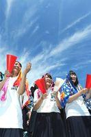 強い日差しの中、声援を送る高校野球の応援席=鳴門オロナミンC球場